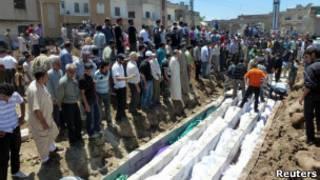 Funeral em massa de vítimas do massacre em Houla (foto cedida à Reuters)