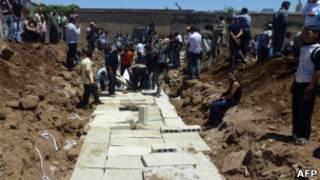 Enterro de vítimas de massacre em Houla (AFP/Getty Images)