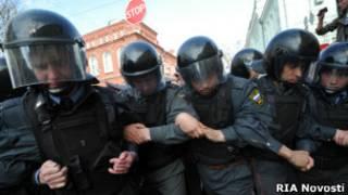Полиция сдерживает участников митинга