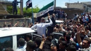 Manifestantes em Houla, na Síria. | Foto: Reuters