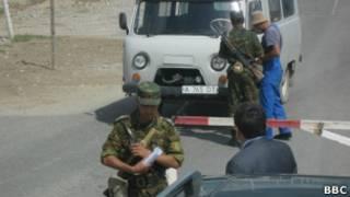 Казахстанские пограничники осуществляют досмотр на КПП