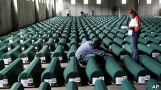 Гробы из массового захоронения в Потокари, у Сребреницы