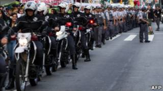 Polícia Militar de São Paulo vigia manifestantes. Foto: France Presse