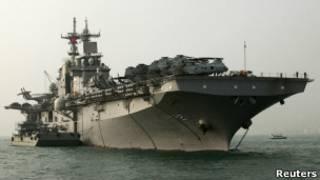"""Универсальный десантный корабль ВМС США  """"Эссекс"""" в заливе Виктория"""