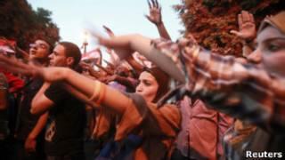 Manifestantes na praça Tahrir após julgamento de Mubarak (Reuters)