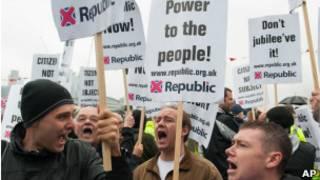 Opositores da monarquia protestam em Londres (AP)