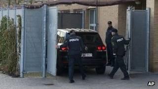 الشرطة الدنماركية تحرس سيارة تقل أحد المتهمين الأربعة