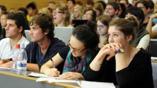 英國大學學費今年秋季開始漲價,申請上大學的英格蘭學生人數減少了10%。