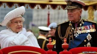 Nữ hoàng và Hoàng thân Philip trong hội đua thuyền