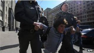 ناشط روسي يعتقل امام البرلمان
