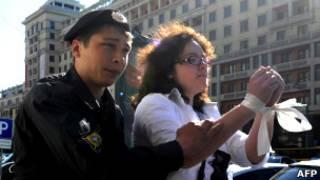 Полицейский задерживает пикетчицу у входа в Госдуму 5 июня 2012 г.