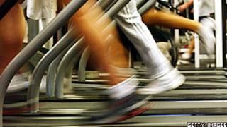 Pessoas correm em academia de Nova York (Arquivo/Getty Images)
