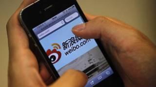صيني يتصفح الانترنت على هاتفه المحمول