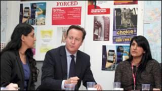 Firai ministan Burtaniya, David Cameron a tsakiya
