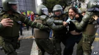جانب من المظاهرات التي شهدتها تشيلي احتجاجا على عرض الفيلم