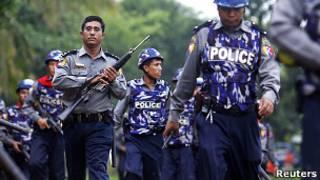 Cảnh sát đến hiện trường bạo động