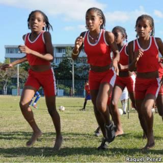 Atletas mirins cubanas treinam descalças (Foto: Raquel Pérez)