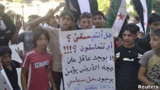 Crianças participam de protesto contra o governo do presidente Bashar al Assad na cidade síria de Kafranbel