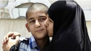الطفل البحريني علي حسن مع ذويه