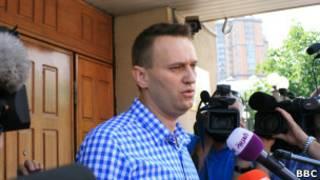 Алексей Навальный у здания СКР