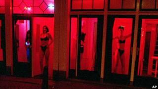 Các cô gái làng chơi đợi khách ở khu đèn đỏ tại Amsterdam