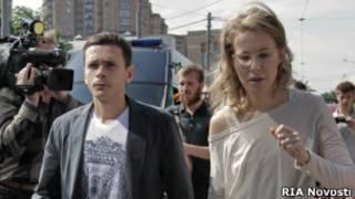 Илья Яшин и Ксения Собчак около здания СКР