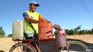 Morador do sertão usa bicicleta para buscar água na cidade. (foto: BBCBrasil)
