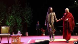 راسيل براند مع الدالاي لاما