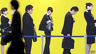Một sinh viên bước qua quảng cáo việc làm tại Nhật Bản