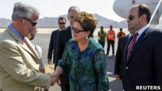 Dilma é cumprimentada ao desembarcar no México