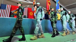 Киргизские и американские солдаты в почетном карауле