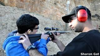 Turista em curso de tiro em Israel | Foto: Sharon Gat
