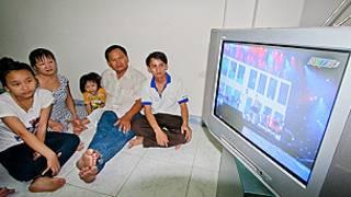 Một gia đình ở Quy Nhơn đang theo dõi kênh QCTV3 (Ảnh: Tuổi Trẻ)