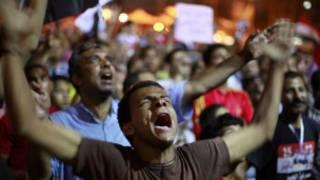 मिस्र में लोग परिणाम के इंतजार में