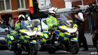 Полиция у посольства Эквадора
