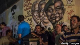 Pintura em muro na Praça Tahrir, no Cairo, mostra rosto de Hosni Mubarak e de outros líderes egípcios (Foto: Getty Images)