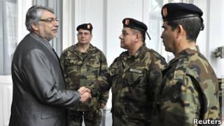 Экс-президент Парагвая Фернандо Луго со своими военными помощниками