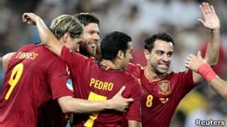 Хаби Алонсо празднует свой второй забитый гол в ворота сборной Франции