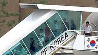 Máy bay chở người tỵ nạn Bắc Hàn từ Việt Nam tới Seoul năm 2004