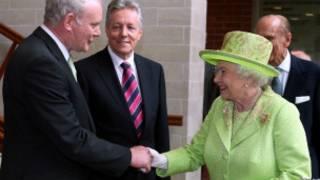 McGuinness Kraliçe ile el sıkışırken