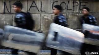 Policiais em Assunção (foto: Reuters)