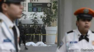 Policiais no aeroporto da cidade do México, onde houve mortes após um tiroteio no dia 25 (Reuters)