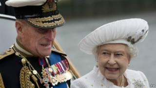 女王和愛丁堡公爵抵達蘇格蘭