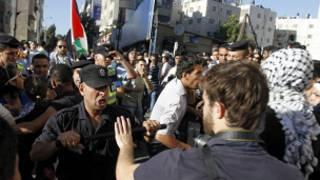 اشتباكات بين المتظاهرين ورجال الأمن الفلسطيني