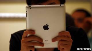 Мужчина смотрит в свой iPad