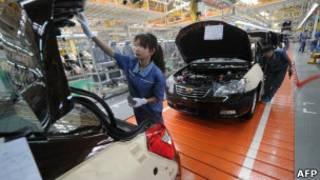Fabrica de automóveis na China (Foto AP)