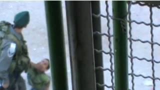 ویدئو لگد زدن پسر بچه فلسطینی توسط سرباز اسرائیلی منتشر شد