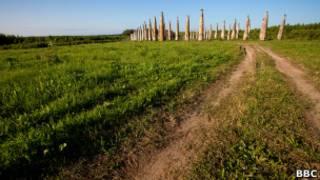 Деревянные скульптуры на поле