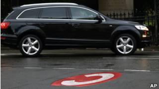 Автомобиль у значка C, символизирующего начало платной зоны в центре Лондона