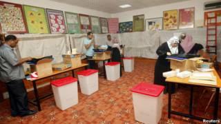 عاملون في لجنة الانتخابات الليبية